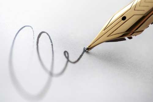 Personne en train d'écrire un article de blog avec des lettres sortant de son stylo