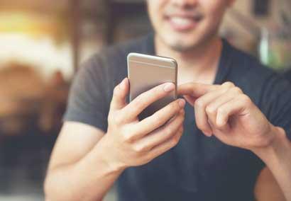 Jeune homme regardant son téléphone portable smartphone